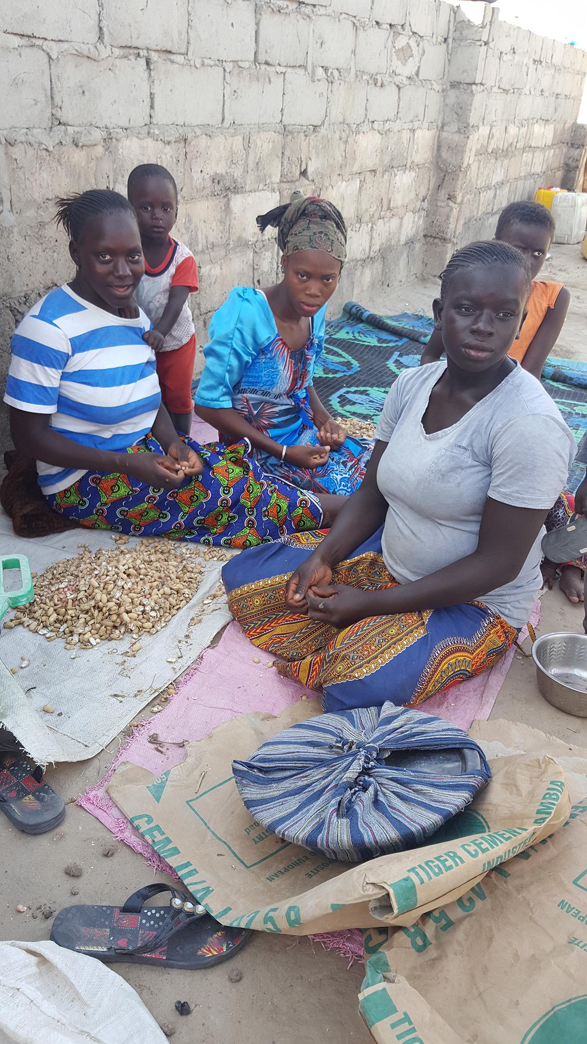 Naiset Gambia Maapähkinät